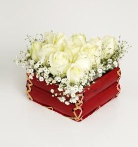 Kalp Sepette Beyaz Güller